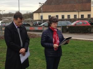 Bürgermeister Huge und Gemeinderätin Angelika Messmer vor der Gedenkstele in Kislau
